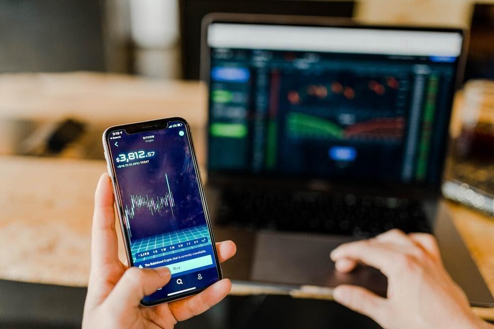 Persona comprobando la evolución de sus acciones en una app de móvil