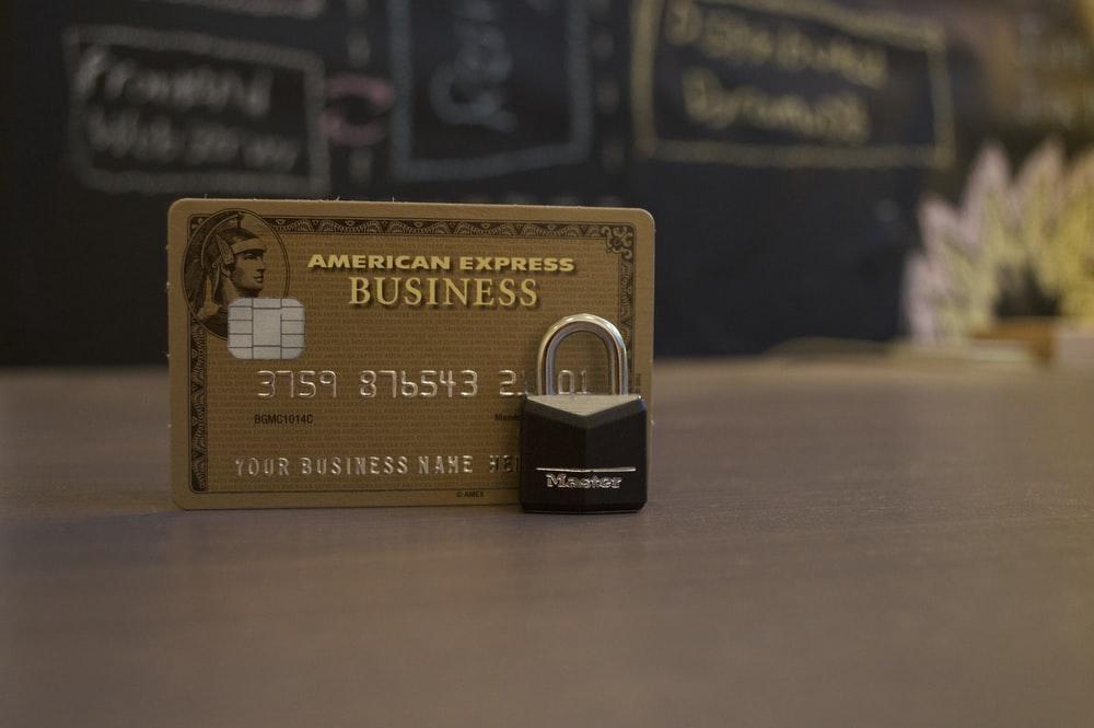 Tarjeta American Express con un candado a su lado