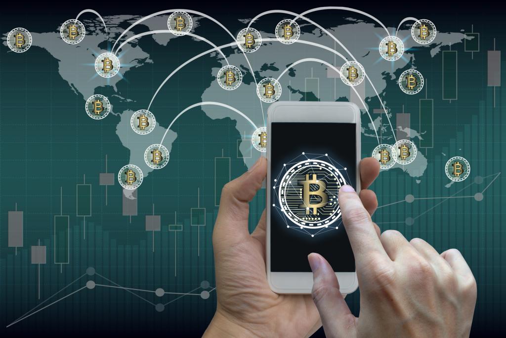 Mano de una persona adquiriendo Bitcoin descentralizado
